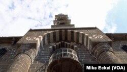 Разрушенная в 1915 году и восстановленная в 2011 году колокольня Армянской церкви Sourp Giragos в турецком городе Диярбакыр является напоминанием о том что изменилось в отношениях между армянами, турками и курдами за сто лет после массового уничтожения армянского населения Турции