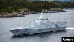 Kapal korvet Swedia HMS Visby melakukan patroli di kepulauan Stockholm, Swedia setelah munculnya kapal asing misterius di sana (19/10).