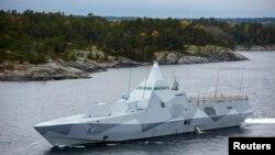 Kapal korvet Swedia, HMS Visby, melakukan patroli di perairan kepulauan Stockholm (19/10).