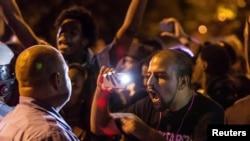 在密苏里州圣路易斯市举行的抗议期间,一名示威者怒指一名警察。(2014年10月8日)