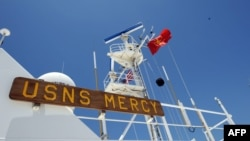 Tàu bệnh viện USNS Mercy treo cờ Việt Nam ở vịnh Nha Trang.