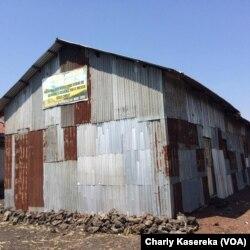 Des maisons de prière construites situé à coté du quartier de Kasika à Goma, le 22 octobre 2016. (VOA/Charly Kasereka)