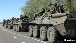 Російські солдати і бронетехніка біля кордону з Україною
