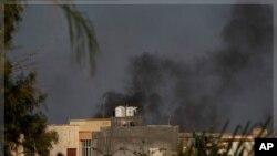 Waasi nchini Libya wameteka kituo kikuu cha kijeshi ambacho kinalinda ngome kuu ya Moammar Gadhafi mjini Tripoli. Jumapili Agosti 21, 2011