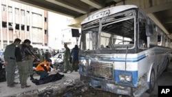 調查人員在爆炸現場。