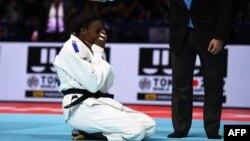 Madeleine Malonga asokalami longi mpe elombe ya molongo ya judo ya ba 78 kg na suka ya bitumba na moye ya Japon Shori Hamada, na Tokyo, Japon, 30 août 2019.