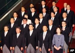 아베 신조(앞줄 가운데) 일본 총리와 새 내각 구성원들이 3일 도쿄 총리관저에서 기념촬영을 하고있다.