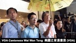 4名被法庭取消資格的民主派立法會議員 (左起﹕姚松炎、羅冠聰、梁國雄與劉小麗﹐ 攝影﹕美國之音記者湯惠芸))