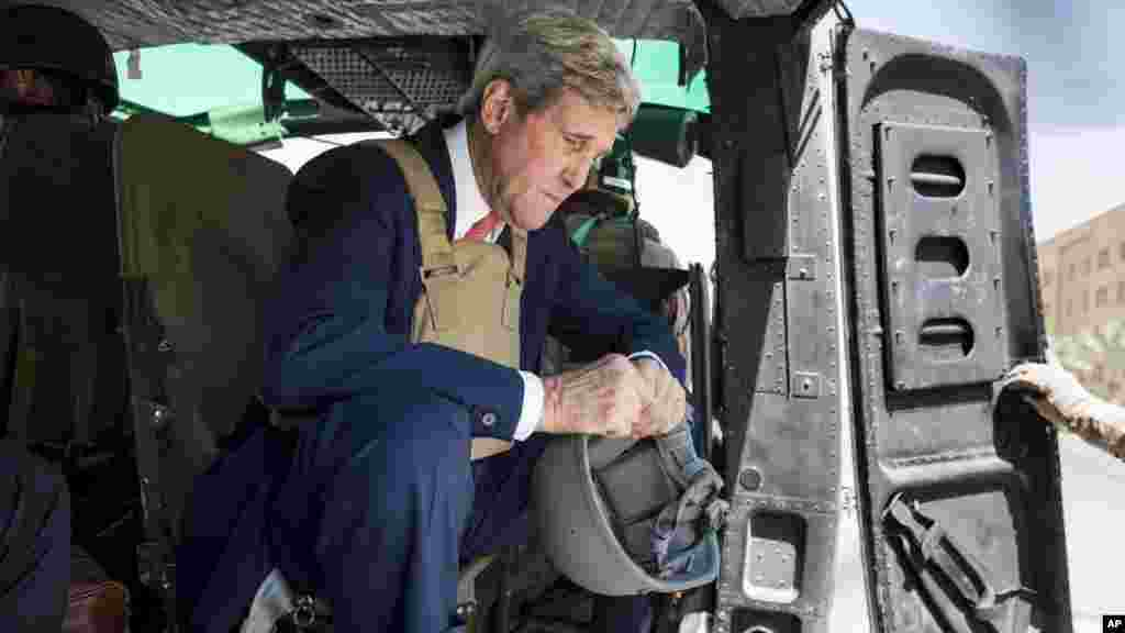 U.S. Secretary of State John Kerry arrives in Baghdad, Iraq, Sept. 10, 2014.