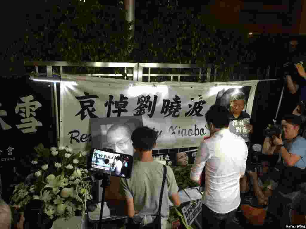 香港民众赴中联会外为刘晓波鲜花吊唁(美国之音海彦拍摄)