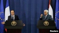 Tổng thống Pháp Francois Hollande (trái) và Thổng thống Palestine Mahmoud Abbas mở cuộc họp báo chung, trong thành phố Ramallah, 18/11/13