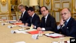 프랑수아 올랑드(가운데) 프랑스 대통령이 27일 파리 엘리제궁에서 종교계 지도자들과 간담회를 열어 루앙시 성당 테러 후속 대책을 논의하고 있다.
