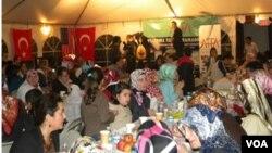 Komunitas muslim AS di Washington DC melakukan buka puasa bersama (foto: dok). Warga muslim AS harus berpuasa lebih panjang di musim panas.