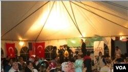 Tenda Ramadhan Turki di Washington ini menyatukan komunitas keturunan Turki di daerah ini, sekaligus sarana pertemuan dengan warga setempat dari berbagai latar belakang.