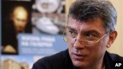 Lãnh đạo đối lập Nga Boris Nemtsov giới thiệu cuốn sách mới của ông về tài sản của Tổng thống Putin tại 1 cuộc họp báo ở Moscow, Thứ Ba, 28/8/2012