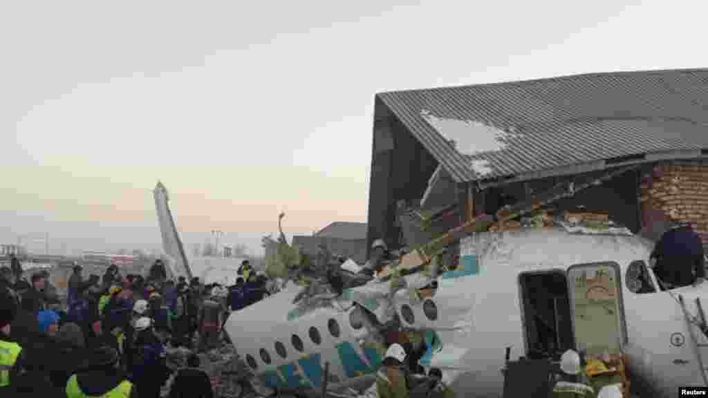 طیارے کا انتظام سنبھالنے کے لیے عملے کے پانچ افراد فرائض انجام دے رہے تھے۔