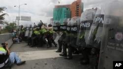 La policía venezolana dispersó a manifestantes durante una protesta en Caracas, el martes, 7 de junio de 2016.