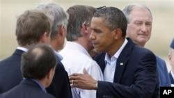 美國總統奧巴馬星期天到達科羅拉多州巴克利空軍基地時和州長希肯盧珀(左)和奧羅拉市長霍根等人會面