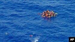 Deo akcije spasavanja migranata posle najnovijeg udesa nadomak obala Libije, 5. avgusta 2015.
