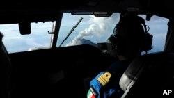 Pilotos y expertos de la Marina de México sobrevuelan el volcán Popocatepetl y monitorean su evolución.