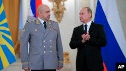 Владимир Путин (справа) и Сергей Суровикин во время церемонии награждения войск, которые сражались в Сирии. Москва, Кремль, 28 декабря 2017