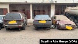 Plusieurs véhicules de l'administration mal entretenus ou en panne sont abandonnés dans les cours des services publics. (VOA/Seydina Aba Gueye)