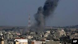 Una columna de humo se levanta tras un ataque israelí en Gaza.