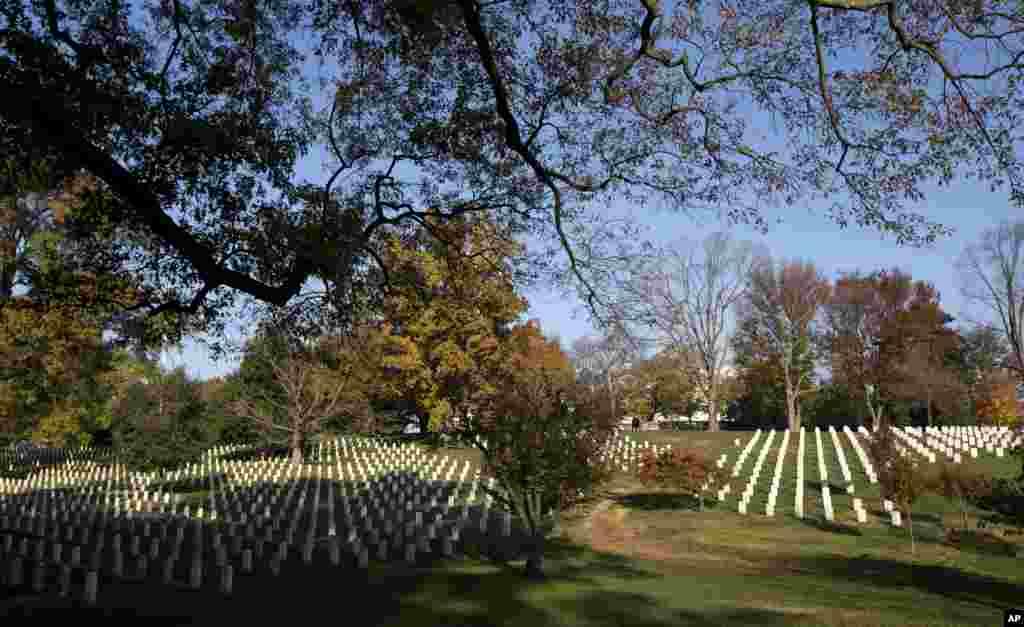 Rano jutarnje sunce obasjava nadgrobne spomenike na Nacionalnom groblju Arlington. (AP)