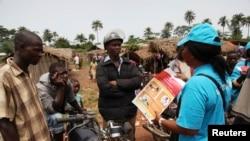 Un employé de l'UNICEF sensibilise sur la maladie du virus Ebola (EVD), avril 2014 .