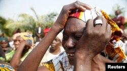 Des parents de lycéennes enlevées par Boko Hama à Chibok pleurent pour les filles,14 janvier 2016.