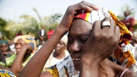 ម្តាយក្មេងស្រីដែលបានបាត់ខ្លួននៅក្រុង Chibok យំសោកនៅអំឡុងពេលដើរដង្ហែជាមួយស្រ្តីដទៃទៀត ដោយកោះហៅឲ្យមានការនាំកូនស្រីរបស់ខ្លួនត្រលប់មកវិញ។