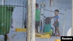 Trẻ em chơi đùa tại một trung tâm tạm giam do Úc điều hành trên đảo Nauru. (Ảnh tư liệu của tổ chức Ân xá Quốc tế)