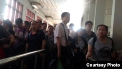 Chinese investors arrive at the Bavet border checkpoint on the Cambodia-Vietnam border on Wednesday, May 14, 2014, after fleeing anti-China violence in southern Vietnam that has seen at least 15 foreign factories burned, file photo.
