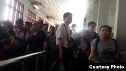 Các nhà đầu tư Trung Quốc chạy trốn biểu tình bạo động ở Việt Nam tại cửa khẩu Bavet ở biên giới Campuchia-Việt Nam, ngày 14/5/2014.