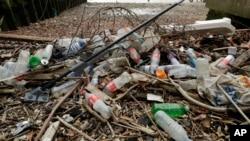英國倫敦泰晤士河邊被沖上岸的垃圾(2018年2月5日)