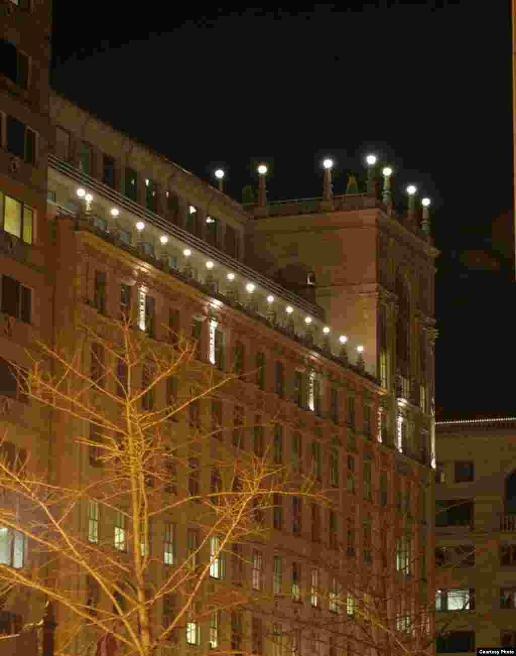 Lampu-lampu yang menghiasi gedung di Washington, DC, mengirim cahaya ke angkasa. (Jim Dougherty, International Dark Sky Association)