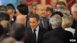 Presiden Perancis Nicolas Sarkozy (tengah) menjadi tuan rumah bagi konferensi Libya di istana Elysee, Paris (1/9).