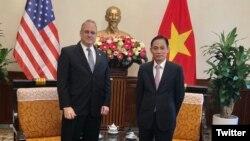 Đại sứ Marshall Billingslea, Đặc phái viên của Tổng thống Hoa Kỳ Donald Trump về việc kiểm soát vũ khí và Thứ trưởng Ngoại giao Việt Nam Lê Hoài Trung tại Hà Nội ngày 01/10/2020. Photo Twitter Ambassador Marshall S. Billingslea.