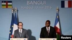 Les présidents François Hollande et Faustin Touadera lors d'une conférence de presse à Bangui le 13 mai 2016.