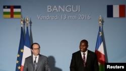 Les présidents François Hollande et Faustin Touadera lors d'une conférence de presse à Bangui, Centrafrique, le 13 mai 2016.