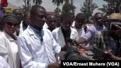 Manifestation de docteurs à Bukavu dans le Sud-Kivu, le 20 mars 2019. (VOA/Ernest Muhero)