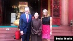 Đại sứ Daniel Kritenbrink, Tăng thống Thích Quảng Độ, và Tổng Lãnh sự Mary Tarnowka tại Thanh Minh Thiền Viện năm 2018. Photo US Embassy Hanoi