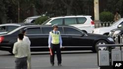 一个车队5月25日行驶过北京街头,前面一辆豪华加长轿车据信载有朝鲜领导人金正日