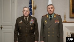 Dalam foto yang dirilis oleh Departemen Pertahanan AS, Ketua Kepala Staf Gabungan AS, Jenderal Mark A. Milley (kiri) dan Kepala Staf Umum Rusia, Jenderal Valery Gerasimov tampil bersama dalam pertemuan yang diadakan di Helsinki pada 22 September 2021. (Foto: AFP/Chuck Burton/DoD)