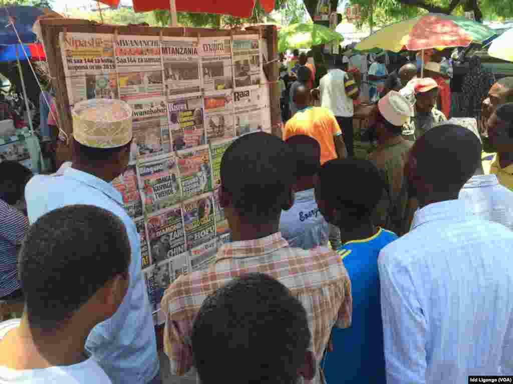 Wananchi wasoma vichwa vya habari kwenye kibanda cha gazeti Unguja