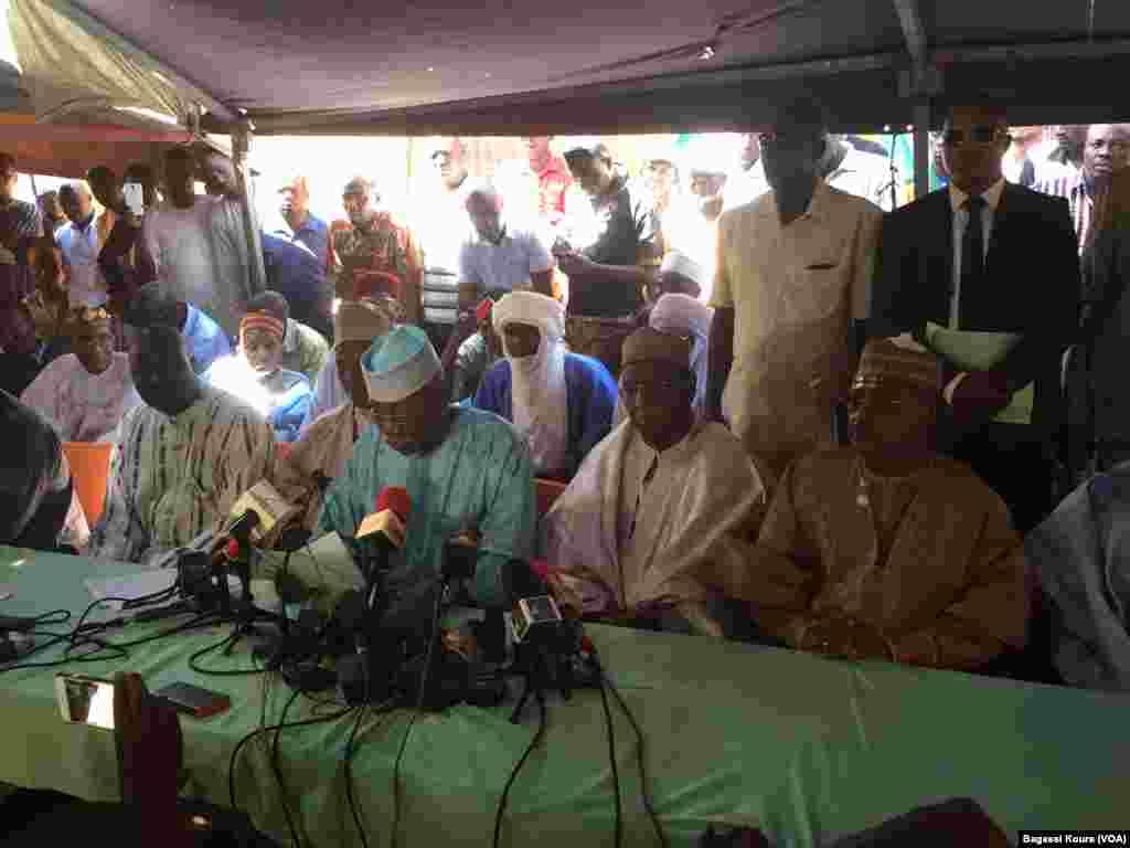Les membres de la COPA 2016 reunis à Niamey, 17 mars 2016 (VOA/Bagassi Koura)