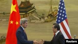 美国国务卿克里和中国外长王毅2015年5月16日在中国外交部会谈后的记者会上握手。