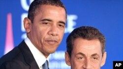 ປະທານາທິບໍດີບາຣັກໂອບາມາແຫ່ງສະຫະລັດ ແລະປະທານາທິບໍດີ Nicolas Sarkozy ແຫ່ງຝຣັ່ງ ຈັບມືກັນ ໃນລະຫວ່າງໃຫ້ສໍາພາດຕໍ່ນັກຂ່າວ ກ່ອນກອງປະຊຸມສຸດຍອດກຸ່ມ G20 ທີ່ເມືອງ Cannes, ຝຣັ່ງ. ວັນທີ 3 ພະຈິກ 2011.