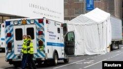 نیویارک کرونا وائرس سے سب سے زیادہ متاثر امریکی ریاست ہے۔ تصویر میں ایک طبی مرکز کے باہر قائم کیا جانے والا عارضی مردہ خانہ دکھائی دے رہا ہے۔ 29 مارچ 2020