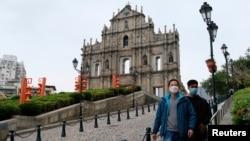 戴着口罩的男子在澳门圣保罗大教堂遗址前走过。(2020年2月5日)